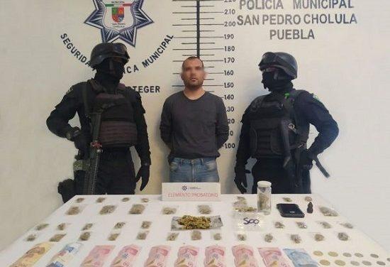 En posesión de envoltorios con presunta droga, detiene policía de San Pedro Cholula a un hombre en el barrio de Jesús